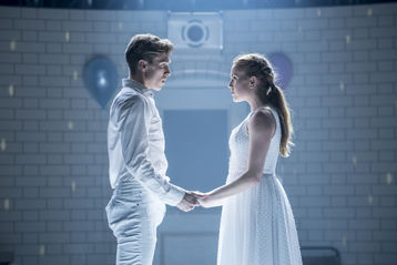 Romeo + Juliet (Andy Monaghan, Seren Williams). Foto:  Johan Persson.
